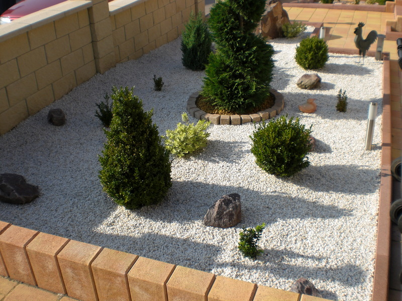 Chantier d coration jardin avec cailloux for Gravillon de decoration