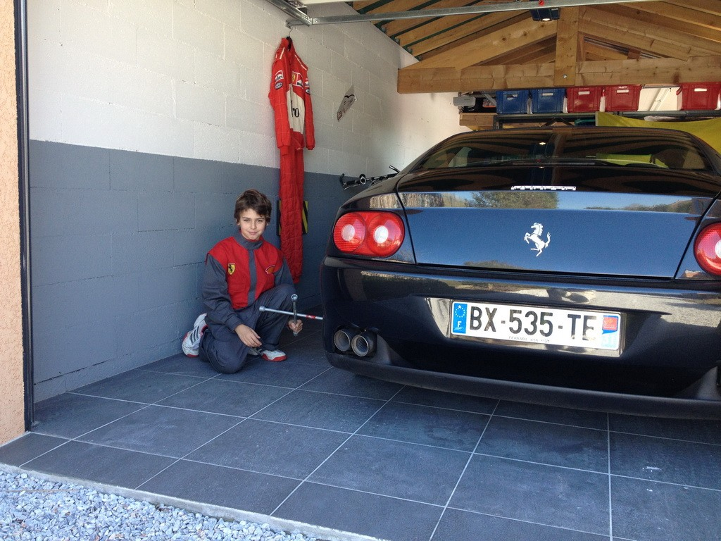 am nagement d coration garage ferrari. Black Bedroom Furniture Sets. Home Design Ideas